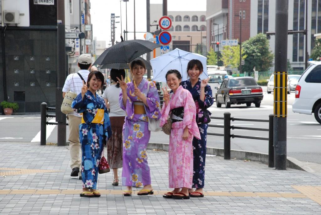 chicas con kimonos en Kioto