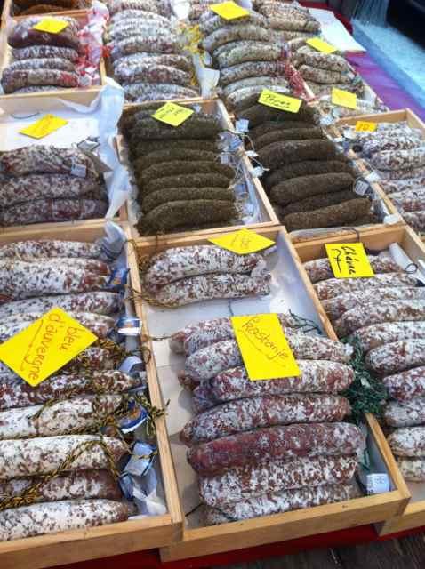 Embutidos en el mercado Noordermarkt en Amsterdam