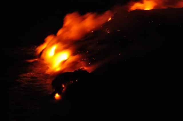 Volcán Kilauea soltando lava al Mar