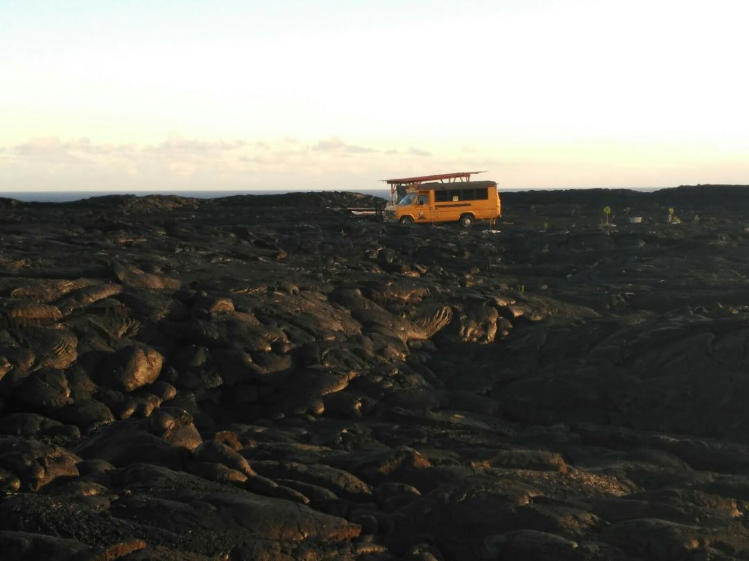 Viviendas en medio de la lava del Hawaii Volcanoes National Park que están en la ruta hacia Lava Viewing Area